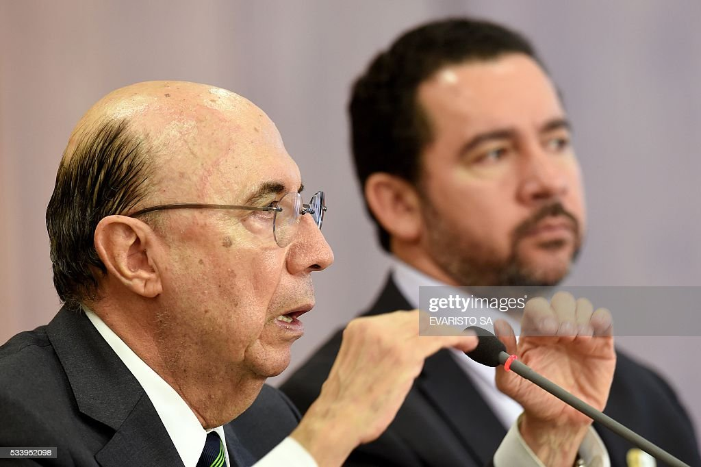 Brazilian Finance Minister Henrique Meirelles (L) and acting Planning Minister Dyogo Oliveira during a press conference to explain the government's economic measures aimed at curbing public spending and reviving growth, in the Planalto Palace, the seat of government, in Brasilia on May 24, 2016. / AFP / EVARISTO SA