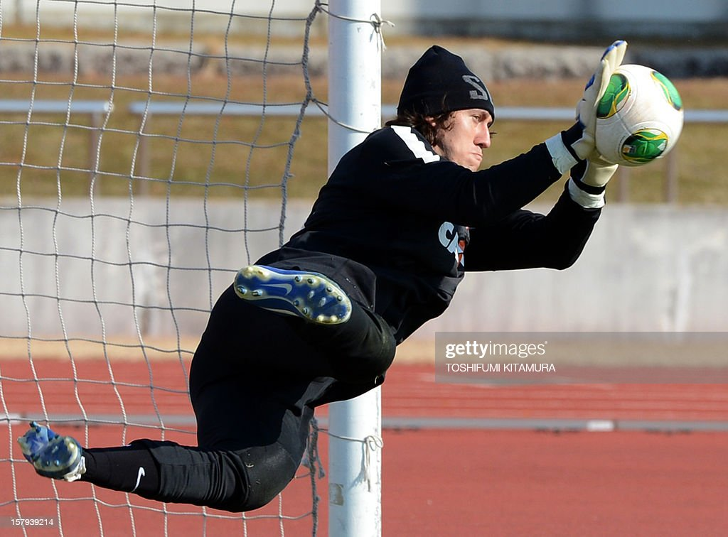 Brazilian football club team Corinthians' goalkeeper Cassio catches the ball during the team's training session in Kariya, Aichi prefecture on December 8, 2012 while participating in the FIFA Club World Cup in Japan 2012. The ninth edition of the FIFA Club World Cup football tournament is taking place from December 6 to 16. AFP PHOTO / TOSHIFUMI KITAMURA