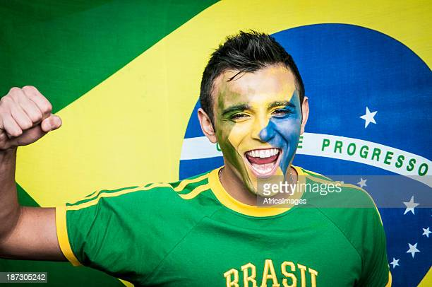Brasilianischer Fußball-Fan stehen vor nationalen Flagge