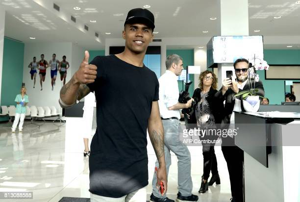 Brazilian football player Douglas Costa thumbs up upon his arrival at the Juventus' Medical Center in Turin on July 12 2017 / AFP PHOTO / MASSIMO...