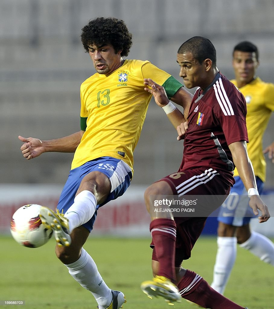 Brazilian forward Bruno (L) vies for the ball with Venezuelan defender Edwin Peraza during their South American U-20 Championship Group B qualifier football match, at the Bicentenario stadium in San Juan, Argentina, on January 16, 2013. Four South American teams will qualify for the FIFA U-20 World Cup Turkey 2013.
