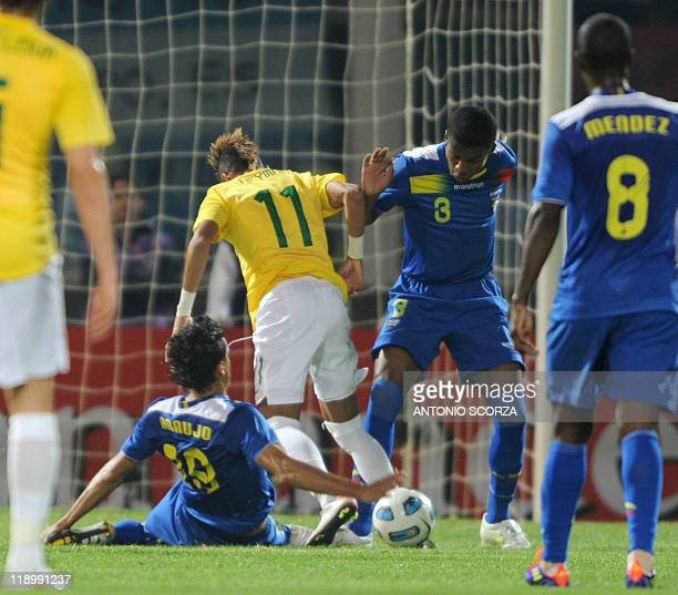 Brazilian forward Neymar is marked by Ecuadorean defenders Norberto Araujo and Frickson Erazo during a 2011 Copa America Group B first round football...