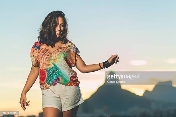 chica bailando Samba brasileña