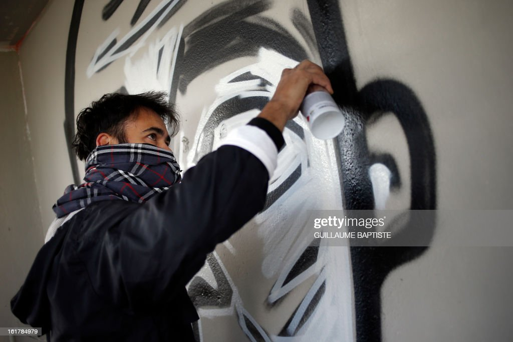 ECHEVERRIA - Brazilian Graffiti artists Speto paints a wall during a street performance on February 16, 2013 in Paris. AFP PHOTO / GUILLAUME BAPTISTE