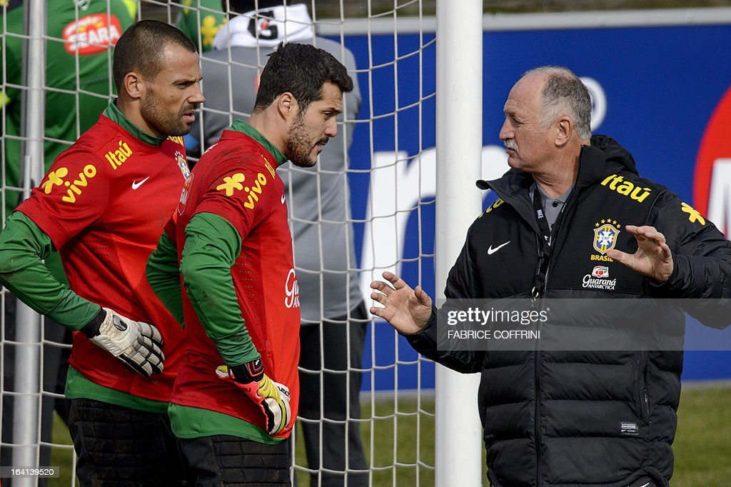 Brazilian head coach Luiz Felipe Scolari (R) gestures to Brazilian goalkeepers Diego Cavalieri (L) and Julio Cesar (C) during a training session on March 20, 2013 in Nyon on the eve of a friendly football match between Italy and Brazil in Geneva.