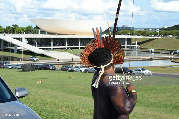 Brazilian indian aims his bow in a clash with police during their annual march for their rights in Brasilia on April 25 2017 / AFP PHOTO / EVARISTO...