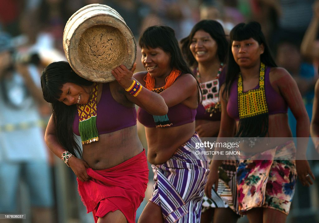 Brazilian indigenous women from the Kraho ethnic group take part in the 'Corrida de Tora' (race with a trunk), during the first day of the International Games of Indigenous Peoples, in Cuiaba, state of Mato Grosso, on November 10, 2013. 1500 natives from 49 Brazilian ethnic groups and from another 17 countries are gathering in Cuiaba until November 16 to compete in some 30 athletic disciplines, many of their own. AFP PHOTO / Christophe Simon