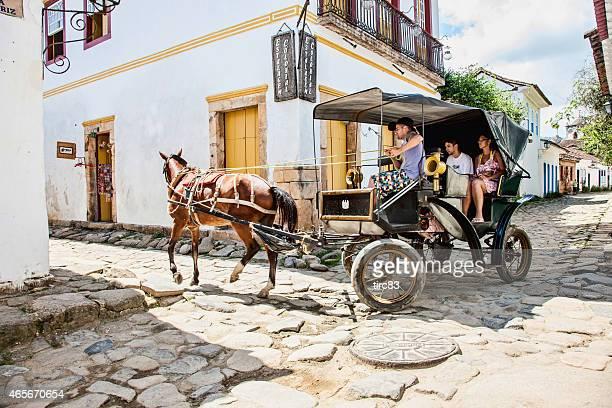 Homme brésilien cheval et voiturette de golf