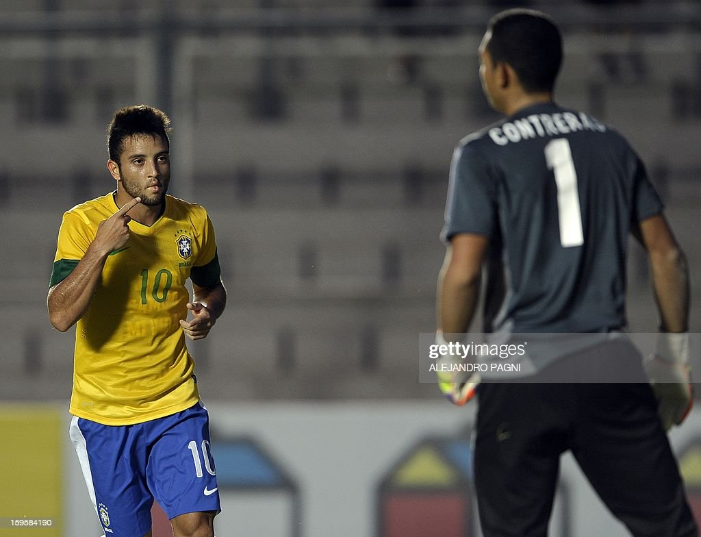 Brazilian midfielder Felipe Anderson (L) celebrates after scoring a goal against Venezuela during their South American U-20 Championship Group B qualifier football match, at the Bicentenario stadium in San Juan, Argentina, on January 16, 2013. Four South American teams will qualify for the FIFA U-20 World Cup Turkey 2013. AFP PHOTO / ALEJANDRO PAGNI