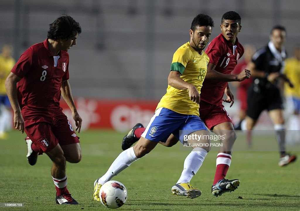 Brazilian midfielder Felipe Anderson (C) drives the ball between Peruvian midfielders Rafael Guarderas (L) and Wilder Cartagena during their South American U-20 Championship Group B football match, at Bicentenario stadium in San Juan, Argentina, on January 18, 2013. Four teams will qualify for the Turkey 2013 FIFA U-20 World Cup.