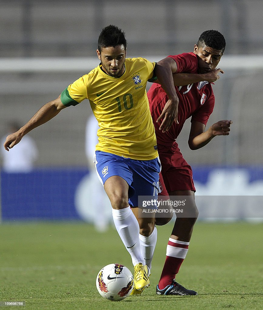 Brazilian midfielder Felipe Anderson (L) vies for the ball with Peruvian midfielder Wilder Cartagena during their South American U-20 Championship Group B football match, at Bicentenario stadium in San Juan, Argentina, on January 18, 2013. Four teams will qualify for the Turkey 2013 FIFA U-20 World Cup.
