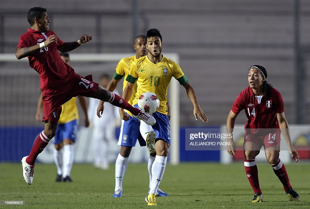 Brazilian midfielder Felipe Anderson (C) vies for the ball with Peruvian defender Edwin Gomez (L) during their South American U-20 Championship Group B football match, at Bicentenario stadium in San Juan, Argentina, on January 18, 2013. Four teams will qualify for the Turkey 2013 FIFA U-20 World Cup.