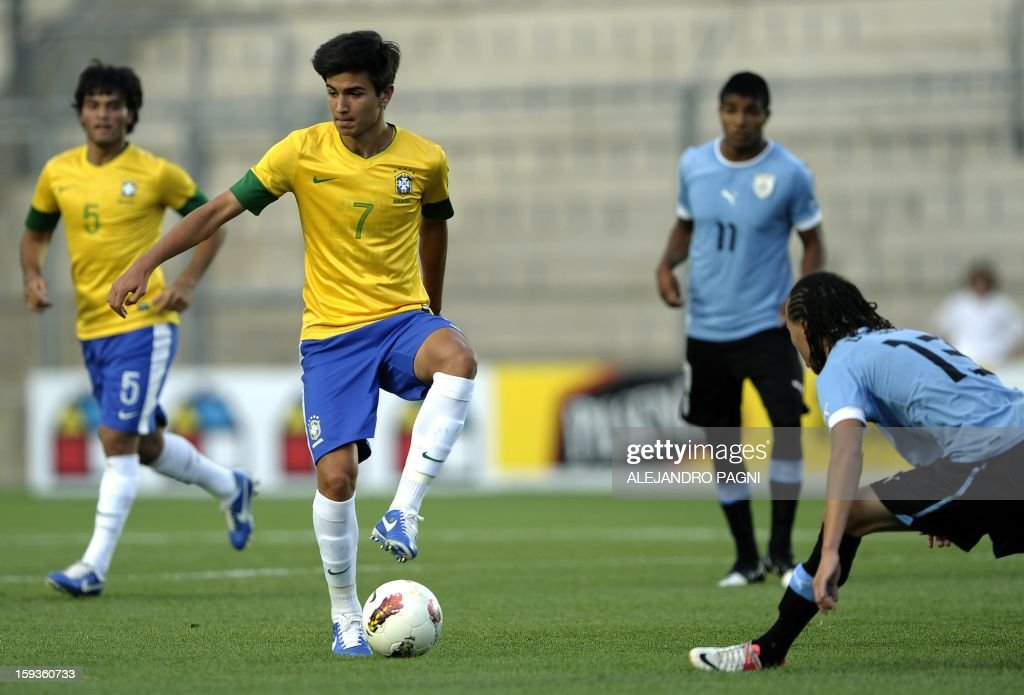 Brazilian midfielder Nico Mattheus (2-L), son fo former star footballer Bebeto, world champion with Brazilian national team in WC USA 1994, controls the ball marked by Uruguayan midfielder Diego Laxalt Suarez (R) during their South American U-20 Championship Group B football match, at Bicentenario stadium in San Juan, Argentina, on January 12, 2013. Four South American teams will qualify for the FIFA U-20 World Cup Turkey 2013. AFP PHOTO / ALEJANDRO PAGNI