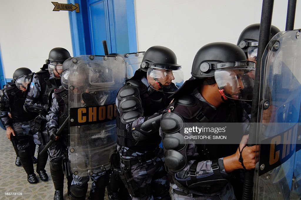 Brazilian paramilitary police CHOQUE batallion personnel in riot gear drill at the general police headquarters in Rio de Janeiro, Brazil on March 15, 2013, part of the security measures ahead of the Confederation Cup which will be held next June for the 2014 FIFA World Cup and 2016 Olympics Games. AFP PHOTO/CHRISTOPHE SIMON