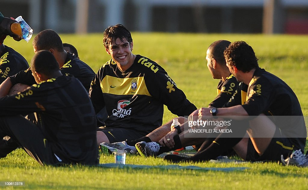 Brazilian player Kaka smiles with Daniel Alves (C) and Elano during the last day of training in the southern Brazilian city of Curitiba on May 25, 2010. Brazil, five-time world champion, is among the favourites for the South Africa 2010 World Cup which starts on June 11th. AFP PHOTO/Vanderlei ALMEIDA