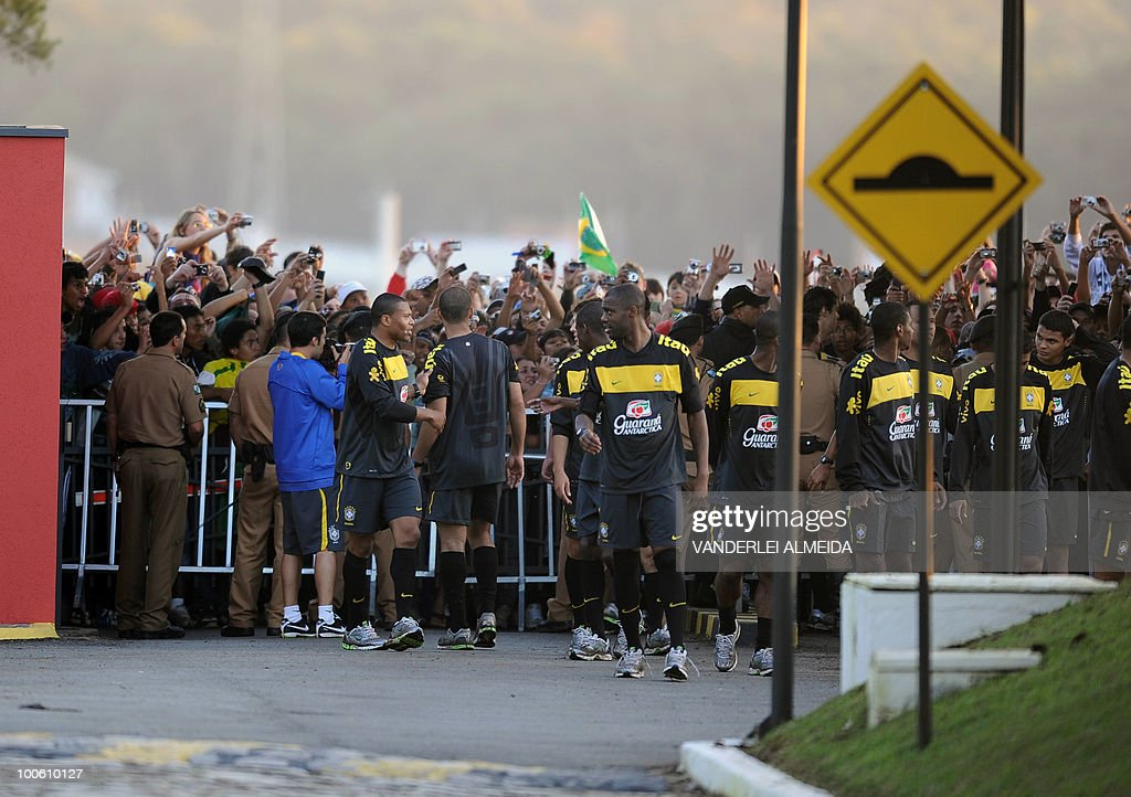 Brazilian players celebrate with fans during the last day their traning for the FIFA WC South Africa 2010, in Curitiba, southern Brazil on May 25, 2010.
