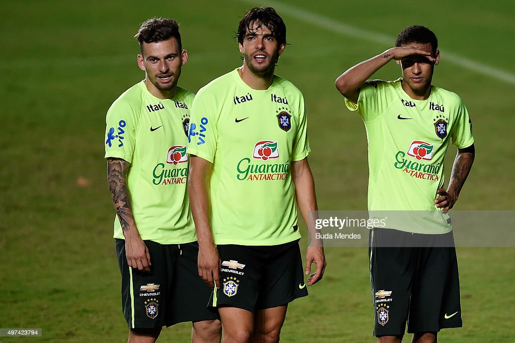 Brazilian players <a gi-track='captionPersonalityLinkClicked' href=/galleries/search?phrase=Douglas+Costa+-+Calciatore+-+Attaccante+classe+1990&family=editorial&specificpeople=5672410 ng-click='$event.stopPropagation()'>Douglas Costa</a>, Kaka and Neymar Junior take part in a training session at the Pituaçu stadium on the eve of the 2018 FIFA World Cup Russia Qualifiers between Brazil and Peru on November 16, 2015 in Salvador, Brazil.