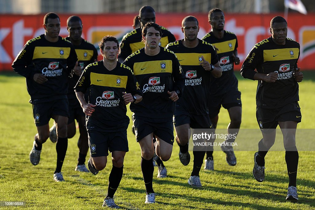 Brazilian players (L to R) Gilberto Silva, Gilberto, Elano, Kaka, Felipe Melo and Julio Baptista jog during the last day of traning in the southern Brazilian city of Curitiba on May 25, 2010. Brazil, five-time world champion, is among the favourites for the South Africa 2010 World Cup which starts on June 11th. AFP PHOTO/Vanderlei ALMEIDA