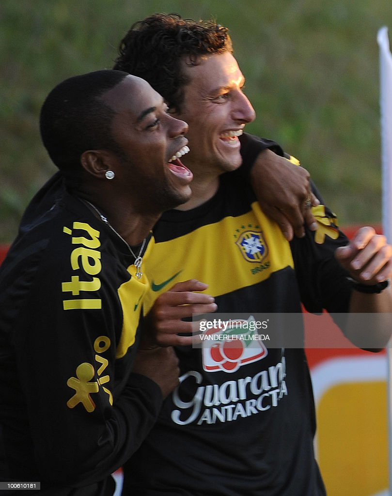 Brazilian players Robinho and Elano joke during the last day their traning for the FIFA WC South Africa 2010, in Curitiba, southern Brazil on May 25, 2010.