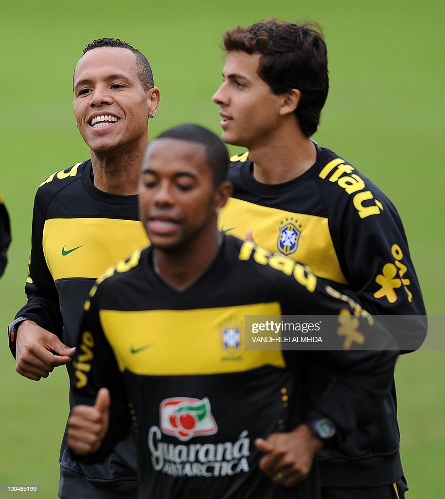 Brazilian players Robinho (C), Luis Fabiano (L) and Neymar jog during a training session in Curitiba, southern Brazil on May 24, 2010. Brazil, five-time world champion, is among the favourites for the South Africa 2010 World Cup which starts on June 11th. The 'Selecao' have been drawn in Group G with North Korea, Ivory Coast and Portugal.