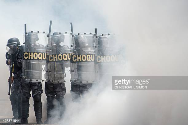 Brazilian policemen of the CHOQUE group make a demonstration at the General quarter of the group in Rio de Janeiro on November 19 2015 / AFP /...