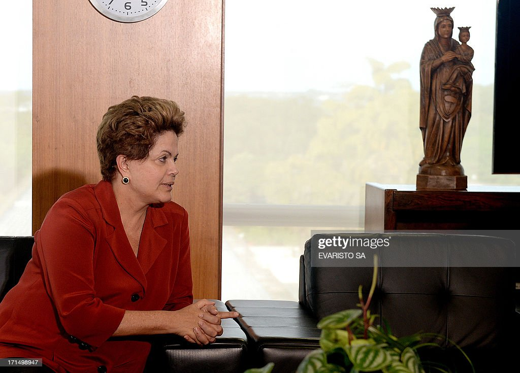 Brazilian President Dilma Rousseff (L) and Supreme Court president Joequim Barbosa (out of frame) are seen during a meeting at Planalto Palace in Brasilia in June 25, 2013. Rousseff met with senior lawyers and lawmakers to enlist support for a plan to defuse a wave of mass popular protests by embarking on sweeping political reform. AFP PHOTO/Evaristo Sa