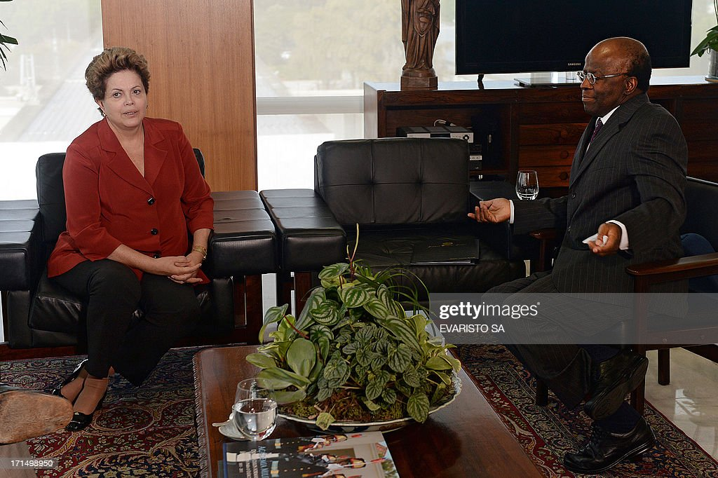 Brazilian President Dilma Rousseff (L) and Supreme Court president Joequim Barbosa are seen during a meeting at Planalto Palace in Brasilia in June 25, 2013. Rousseff met with senior lawyers and lawmakers to enlist support for a plan to defuse a wave of mass popular protests by embarking on sweeping political reform. AFP PHOTO/Evaristo Sa