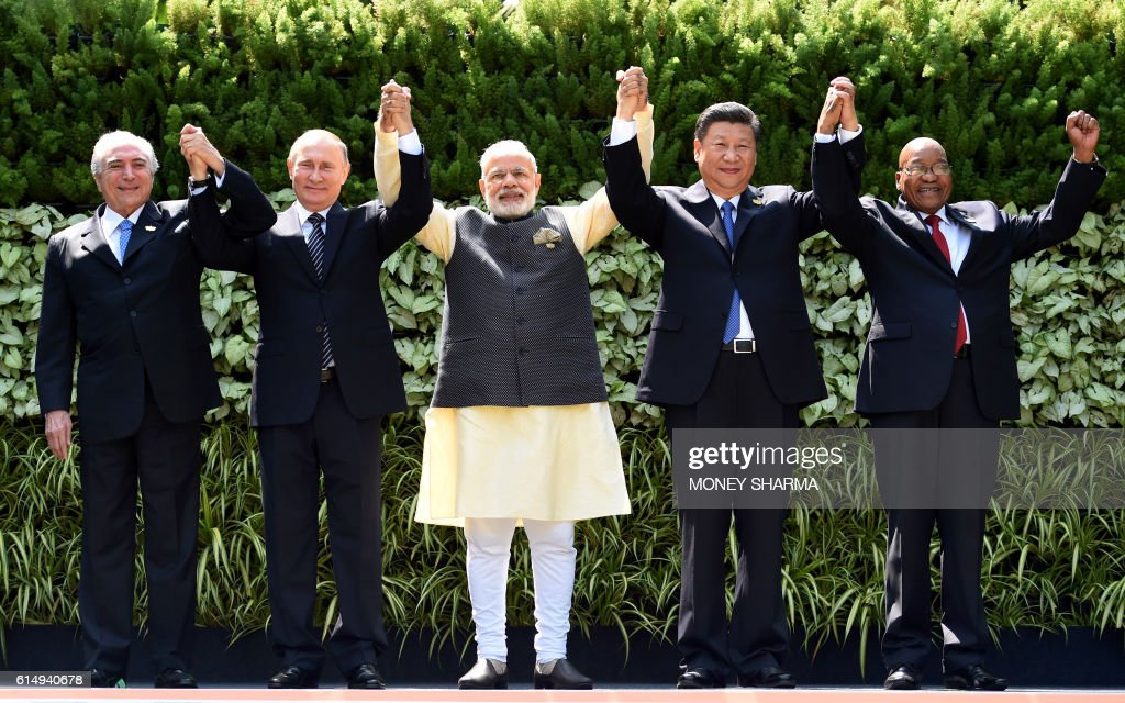 TOPSHOT - (L-R) Brazilian President Michel Temer, Russian President Vladimir Putin, Indian Prime Minister Narendra Modi, Chinese President Xi Jinping and South African President Jacob Zuma pose for a group photo during the BRICS Summit in Goa on October 16, 2016. Indian Prime Minister Narendra Modi hosted leaders of the BRICS emerging powers at a summit seeking to boost trade ties and help overcome the bloc's economic woes. / AFP / MONEY