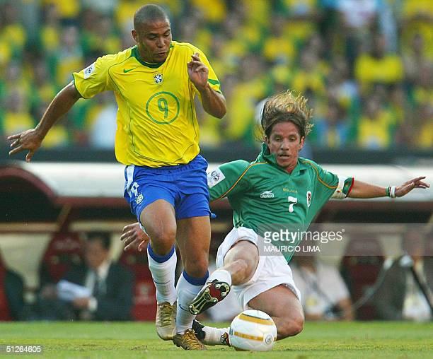 Brazilian Ronaldo Nazario fights for the ball with Bolivian Cristaldo Luis at the Morumbi stadium in Sao Paulo 05 September 2004 during the FIFA...