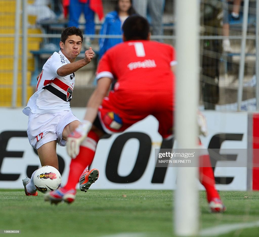 Brazilian Sao Paulo's Osvaldo Lourenco vies for the ball with Chilean Universidad Catolica's goalkeeper Christopher Toselli (R) during their 2012 Copa Sudamericana first leg semifinal football match at San Carlos de Apoquindo stadium in Santiago, Chile, November 22, 2012.