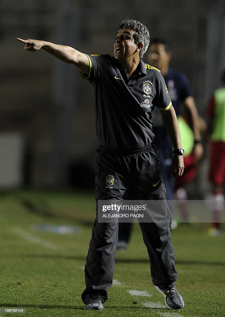 Brazilian team coach Emerson Avila gives instructions during their South American U-20 Championship Group B football match against Peru, at Bicentenario stadium in San Juan, Argentina, on January 18, 2013. Four teams will qualify for the Turkey 2013 FIFA U-20 World Cup. AFP PHOTO / ALEJANDRO PAGNI