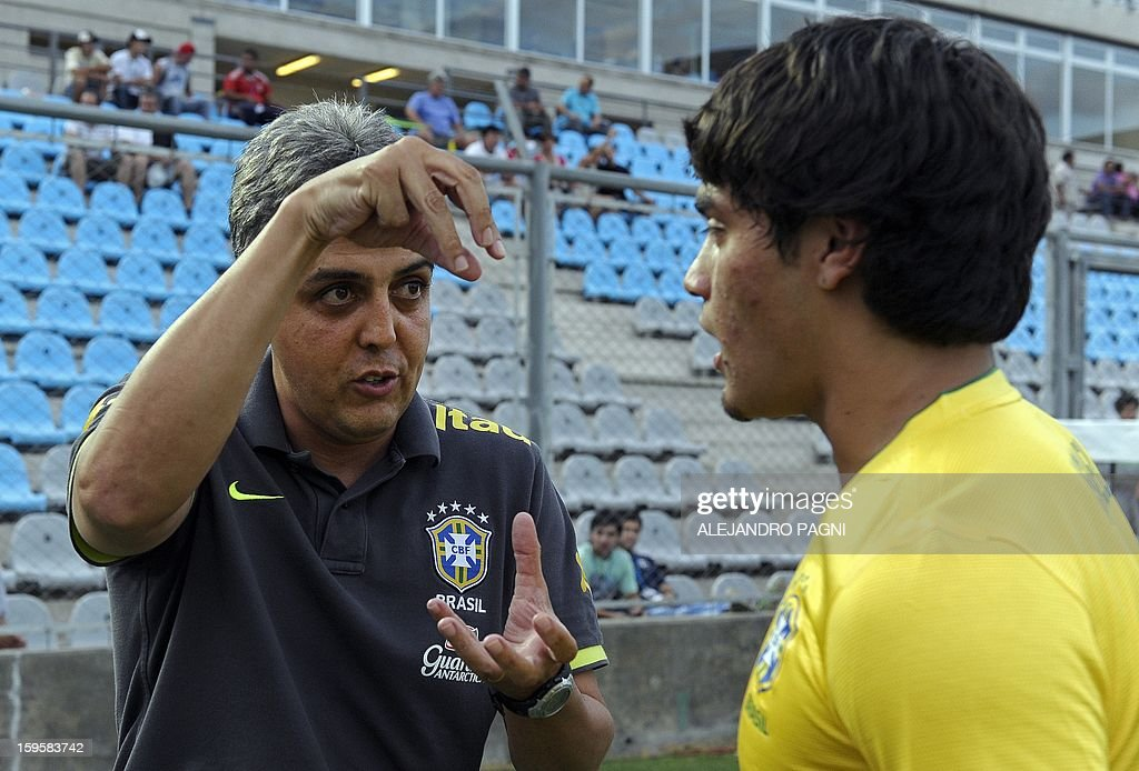 Brazilian team coach Emerson Avila (L) gives instructions to midfielder Misael Bueno before their South American U-20 Championship Group B qualifier football match against Venezuela, at the Bicentenario stadium in San Juan, Argentina, on January 16, 2013. Four South American teams will qualify for the FIFA U-20 World Cup Turkey 2013.