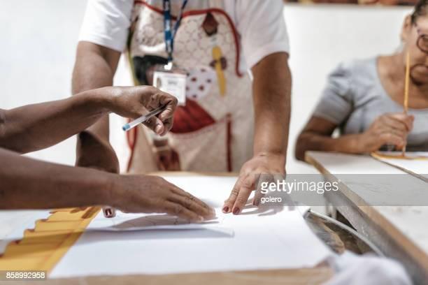 Brasilianerin Malerei Textilien im Arbeitszimmer des Sozialprojekt