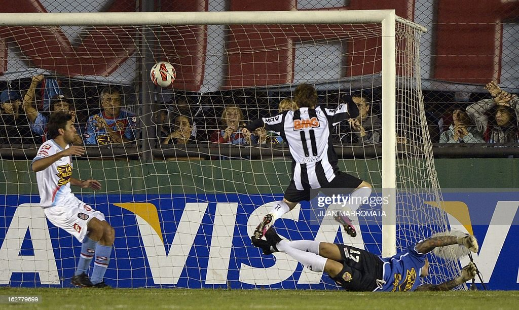 Brazil's Atletico Mineiro forward Bernard (C) strikes to scoring his third team's fifth goal against Argentina's Arsenal FC during their Copa Libertadores 2013 group 3 football match at Arsenal stadium in Sarandi, Buenos Aires, Argentina, on February 26, 2013. AFP PHOTO / Juan Mabromata