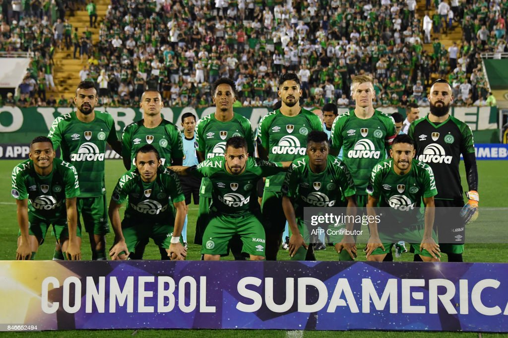 Brazil's Chapecoense team pose for pictures before the start of the 2017 Copa Sudamericana football match against Brazil's Flamengo held at Arena Conda stadium, in Chapeco, Brazil, on September 13, 2017. /