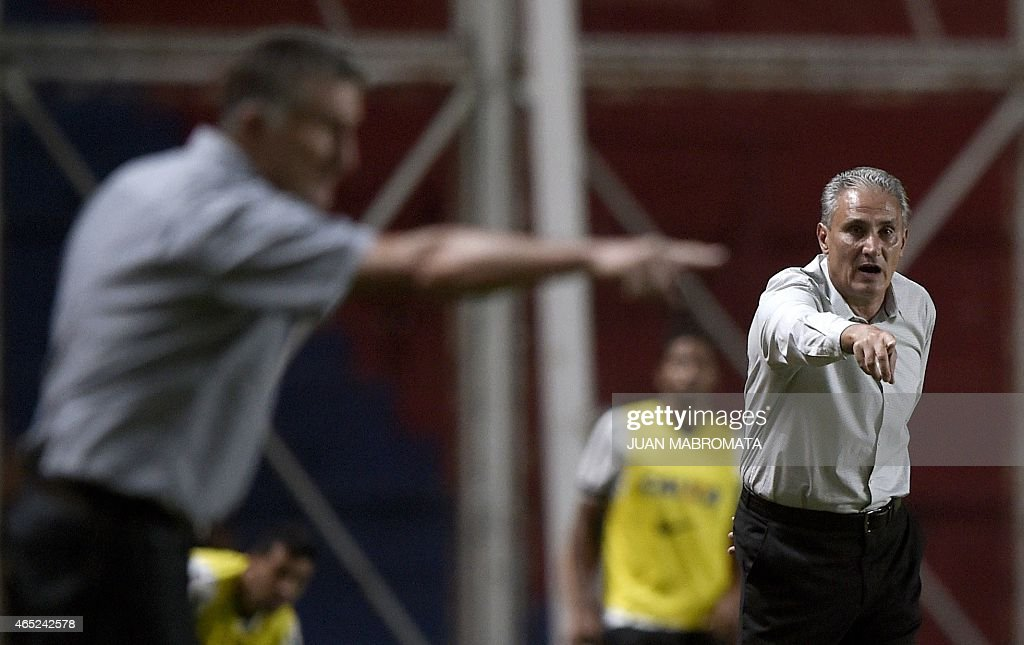 Brazil's Corinthians coach <a gi-track='captionPersonalityLinkClicked' href=/galleries/search?phrase=Tite+-+Braziliaans+voetbalcoach&family=editorial&specificpeople=10072994 ng-click='$event.stopPropagation()'>Tite</a> (R) gestures next to Argentina's San Lorenzo coach Edgardo Bauza during the Copa Libertadores 2015 group 2 football match at Pedro Bidegain stadium in Buenos Aires, Argentina, on March 4, 2015.