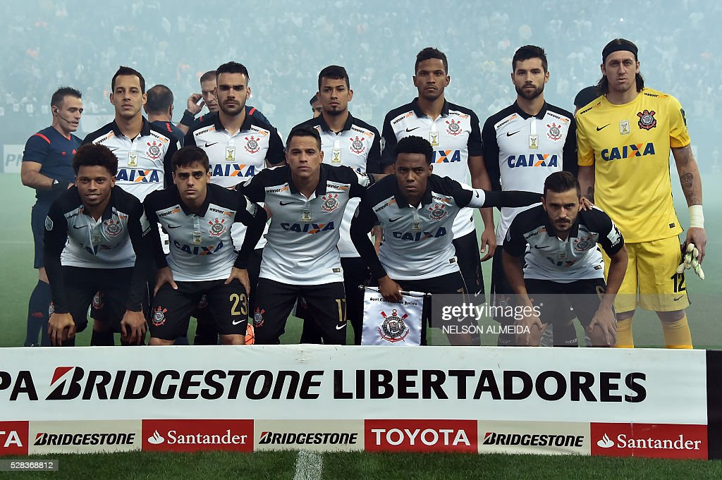 Brazils Corinthians team players pose before their 2016 Copa Libertadores football match against Uruguay's Nacional at Arena Corinthians stadium, in Sao Paulo, Brazil, on May 4, 2016. / AFP / NELSON