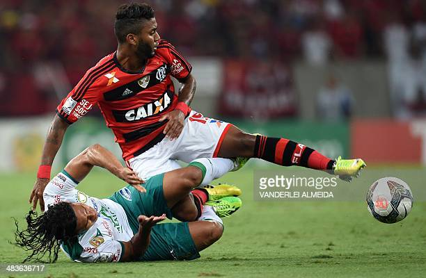 Brazil's Flamengo Muralha vies for the ball with Mexico's Leon Carlos Pena during their 2014 Copa Libertadores football match at Mario Filho...