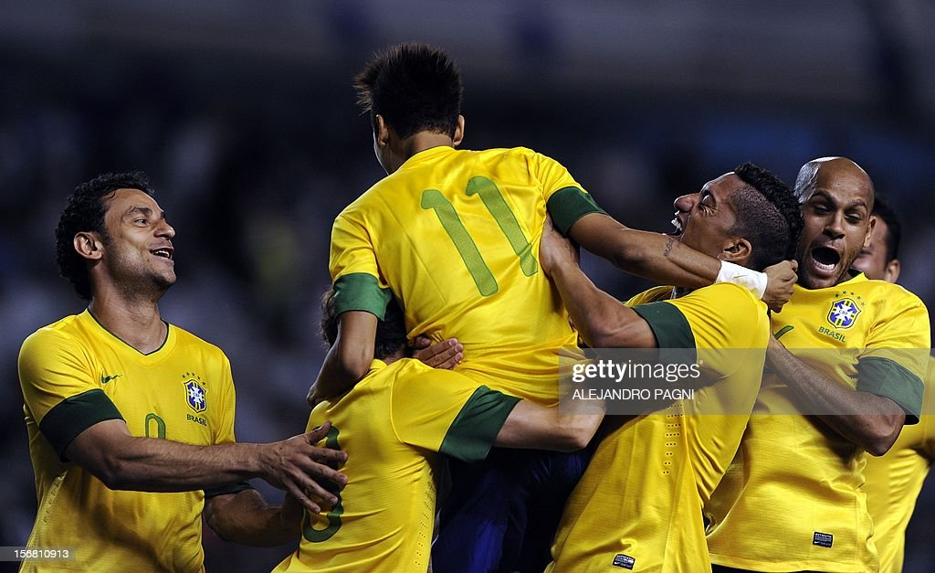 Brazil's forward Neymar (C) celebrates after scoring a penalty kick against Argentina during the Americas' Super Derby football match at La Bombonera stadium in Buenos Aires on November 21, 2012. Argentina won 2-1 but in penalty definition Brazil scored 4-3. AFP PHOTO / ALEJANDRO PAGNI