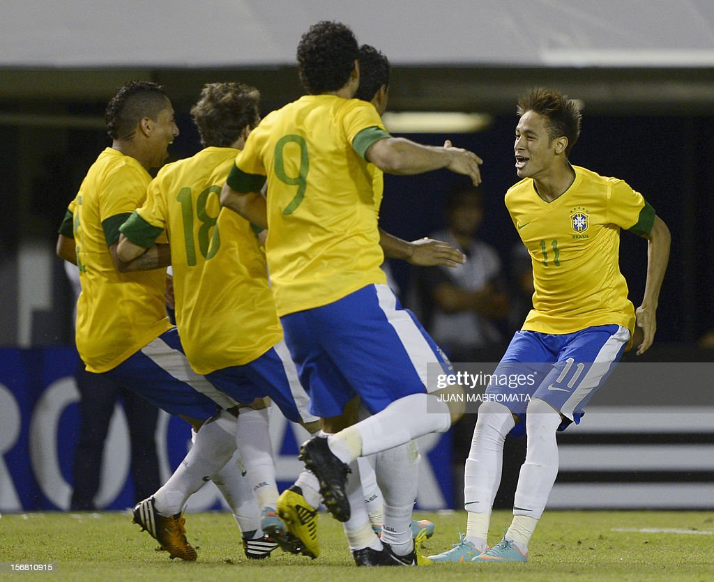 Brazil's forward Neymar (R) celebrates with teammates after scoring the last penalty shoot against Argentina during a friendly football match at Bombonera stadium in Buenos Aires on November 21, 2012. AFP PHOTO / Juan Mabromata