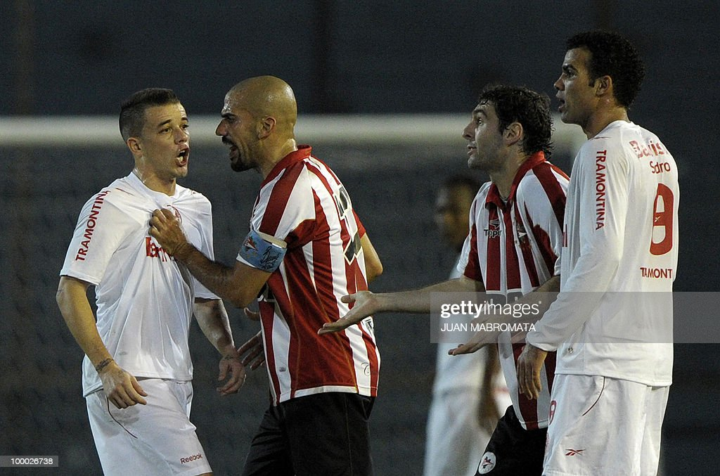 Brazil's Internacional midfielder Andres D'Alessandro (L) argues with Argentina's Estudiantes forward Mauro Boselli (2-R) and midfielder Juan Veron (2-L) during the second leg of the Copa Libertadores 2010 quarterfinals football match at Centenario stadium in Quilmes, south Buenos Aires, on May 20, 2010. AFP PHOTO / Juan Mabromata