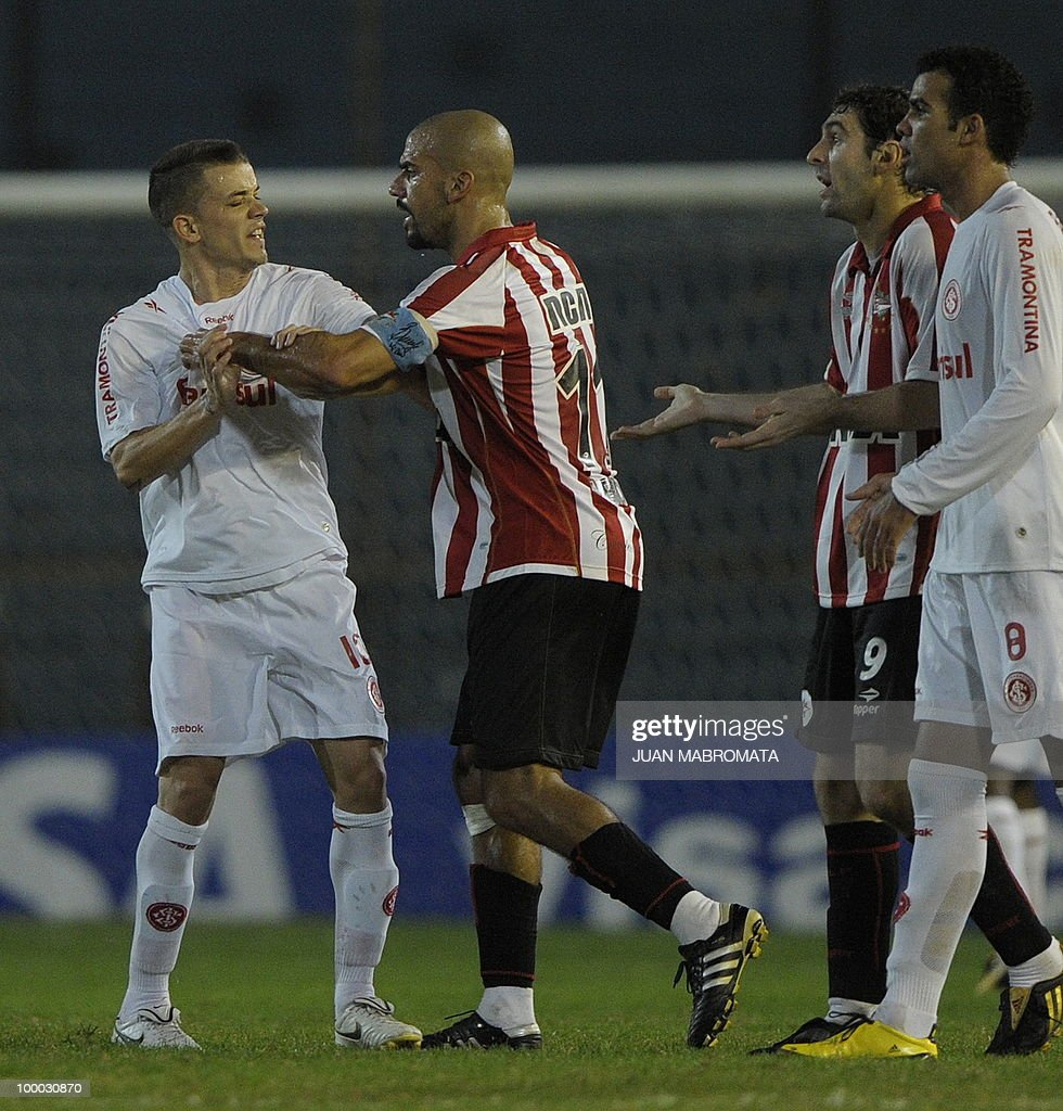 Brazil's Internacional midfielder Andres D'Alessandro (L) argues with Argentina's Estudiantes midfielder Juan Veron (C) and forward Mauro Boselli (2-R) during the second leg of the Copa Libertadores 2010 quarterfinals football match at Centenario stadium in Quilmes, south Buenos Aires, on May 20, 2010. AFP PHOTO/Juan Mabromata