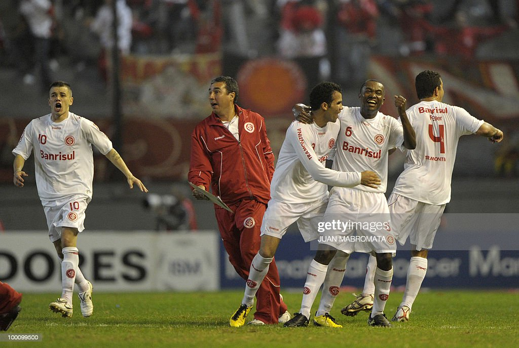 Brazil's Internacional midfielder Andres D'Alessandro (L), midfielder Sandro (C), defender Kleber (2-R) and defender Fabiano Eller (R) celebrates teammate's midfielder Giuliano's (out of frame) against Argentina's Estudiantes during the second leg of the Copa Libertadores 2010 quarterfinals football match at Centenario stadium in Quilmes, south Buenos Aires, on May 20, 2010. Estudiantes won 2-1 but Internacional qualifying for next round on aggreagte goals. AFP PHOTO / Juan Mabromata