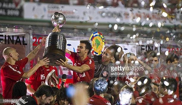 Brazil's Internacional players hold up the Libertadores Cup on August 18 2010 at Beira Rio stadium in Porto Alegre Brazil Internacional defeated...