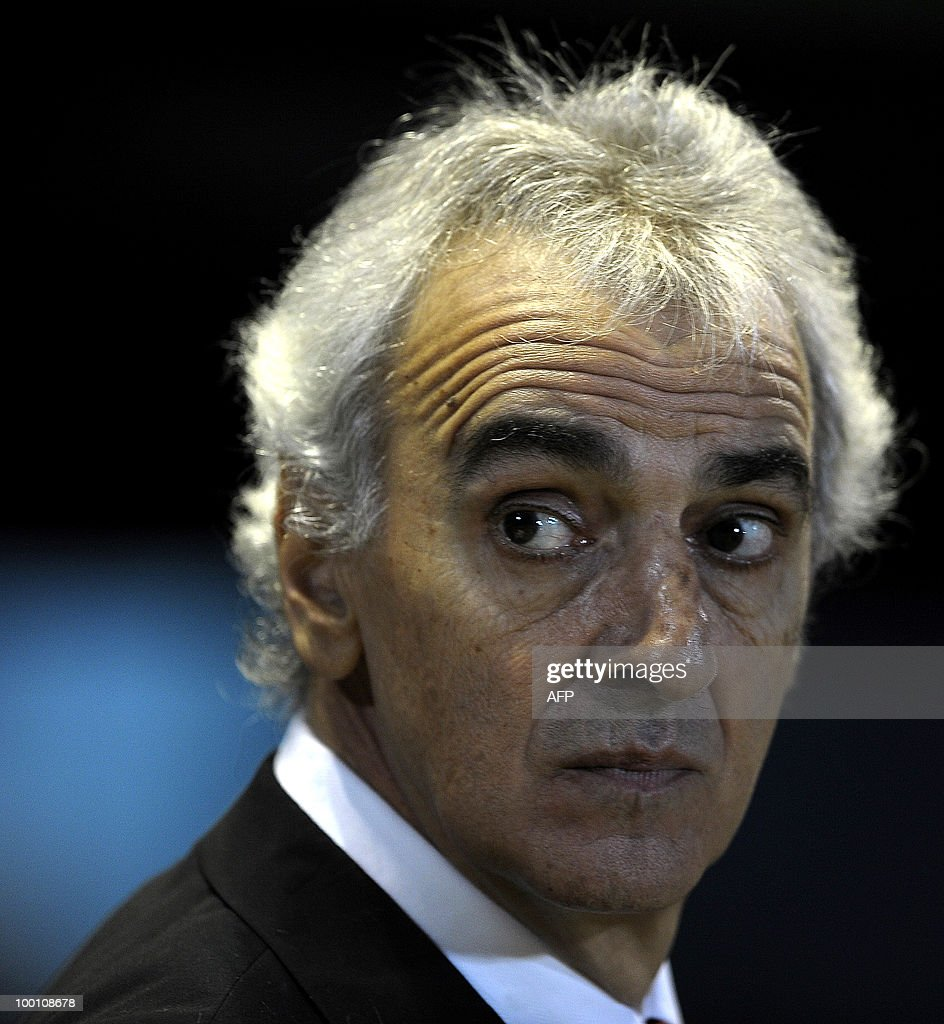 Brazil's Internacional team coach Jorge Fosatti gestures during the second leg of the Copa Libertadores 2010 quarterfinals football match against Argentina´s Estudiantes at Centenario stadium in Quilmes, south Buenos Aires, on May 20, 2010. AFP PHOTO/Alejandro PAGNI