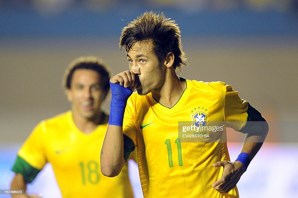 Brazil's Neymar celebrates a goal scored against Argentina during the Super Derby of Americas football match at Serra Dourada Stadium in Goiania, Goias State, on September 19, 2012. Brazil won 2-1. AFP PHOTO/Evaristo SA