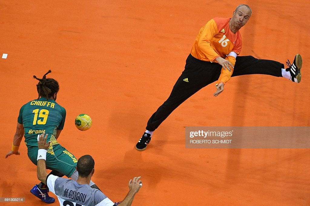 TOPSHOT - Brazil's right wing Fabio Chiuffa (L) shoots at France's goalkeeper Thierry Omeyer during the men's quarterfinal handball match Brazil vs France for the Rio 2016 Olympics Games at the Future Arena in Rio on August 17, 2016. / AFP / afp / Roberto SCHMIDT