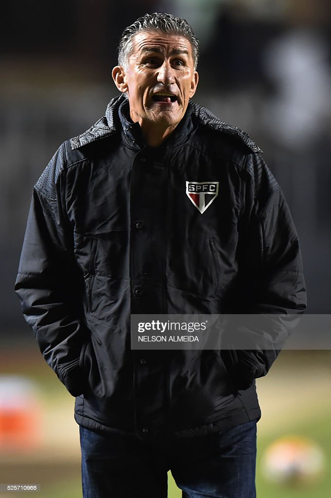 Brazils Sao Paulo team coach Edgardo Bauza gestures during the 2016 Copa Libertadores football match against Mexico's Toluca held at Morumbi stadium, in Sao Paulo, Brazil, on April 28, 2016. / AFP / NELSON