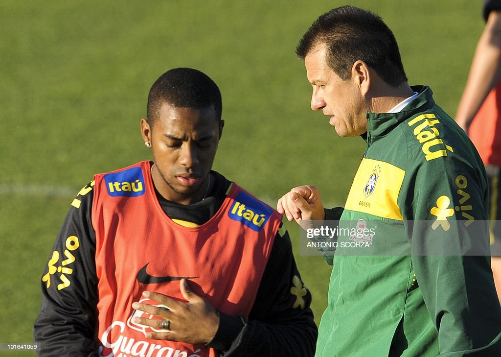 Brazil's striker Robinho (L) listens to head coach Dunga during a training session at the Randburg High School on June 5, 2010 in Johannesburg. The team is preparing to compete in the 2010 World Cup in South Africa. AFP PHOTO / ANTONIO