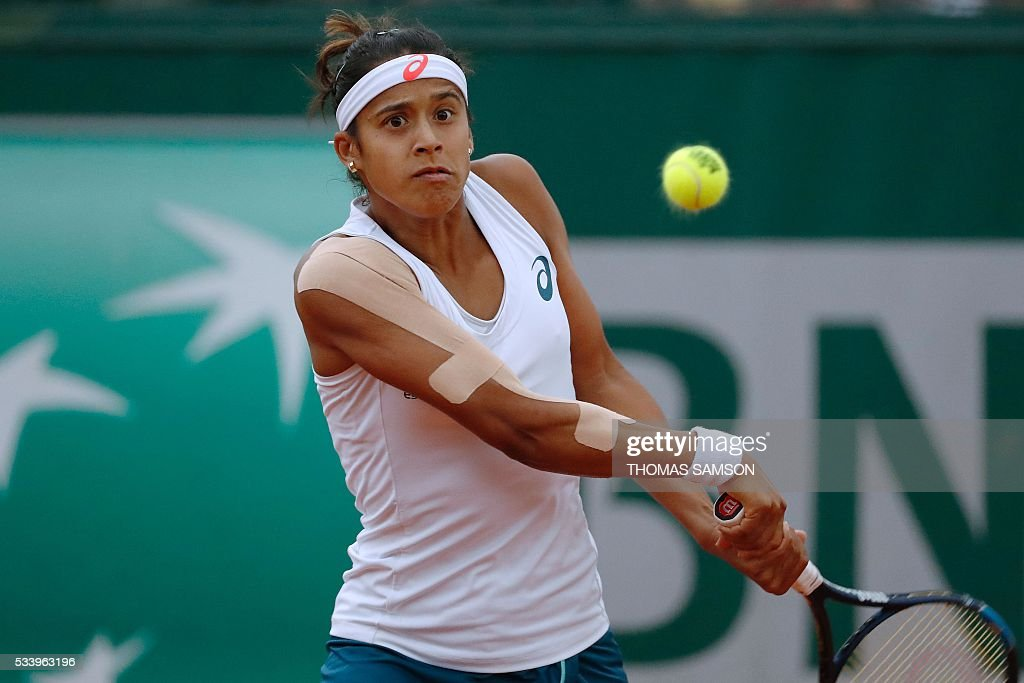 Brazil's Teliana Pereira hits a return to Czech Republic's Kristyna Pliskova on their women's first round match at the Roland Garros 2016 French Tennis Open in Paris on May 24, 2016. / AFP / Thomas SAMSON